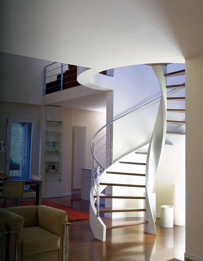 Escalier hélicoïdal, diamètre de 200, tout en bois, avec limon laqué blanc et marches en doussié