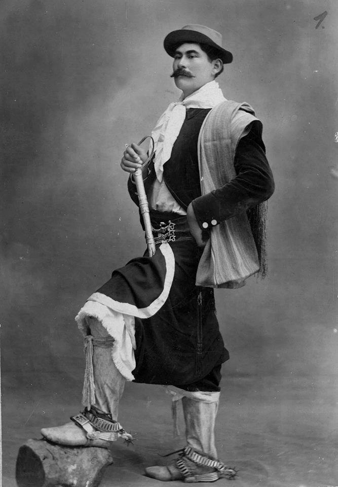 Bs. As. Javier Raposi domador de General Alvear, en traje de gaucho, con chiripá, calzoncillos cribados y botas de potro, s/f.