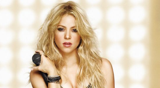 Shakira nasceu há 39 anos em Barranquilla, na Colômbia e rapidamente se tornou uma das maiores estrelas internacionais que o mundo já viu. Pelo reconhecimento de seu trabalho e talento, a cantora já ganhou diversos prêmios importantes da música e chegou a vender mais de 60 milhões de de álbuns no mundo todo.