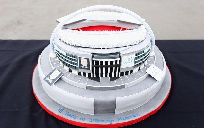 Wembley faz 90 anos e ganha bolo de aniversário. Veja imagens desta terça - Futebol - iG