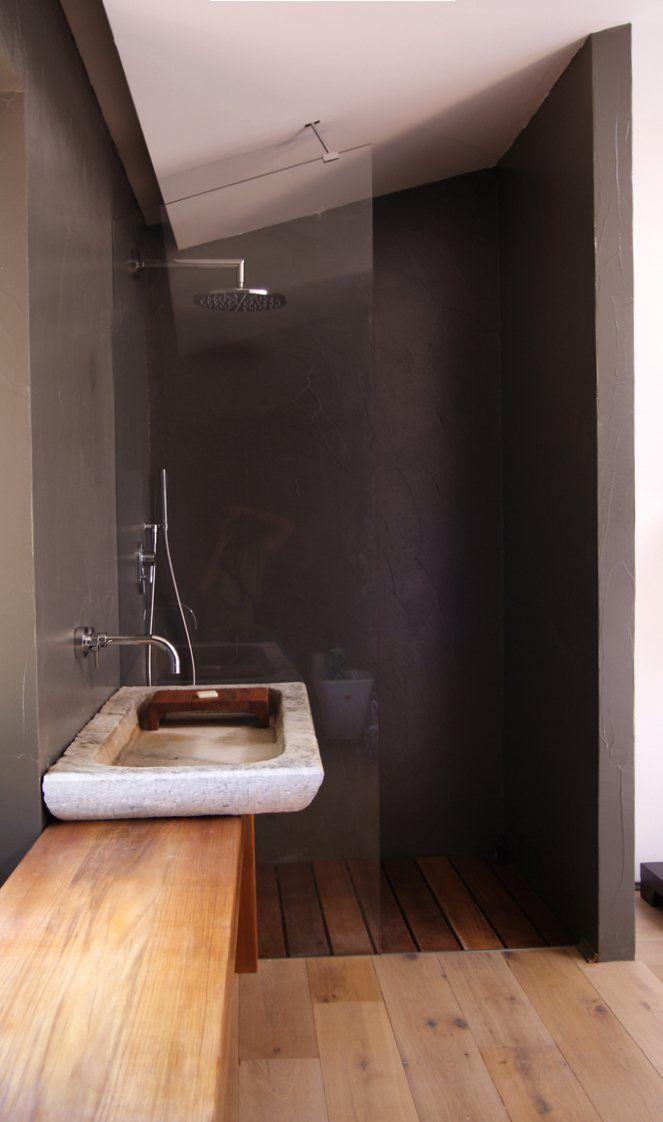 reforma baño abierto con lavabo de piedra sobre encimera de madera, ducha con mampara de vidrio, suelo parquet