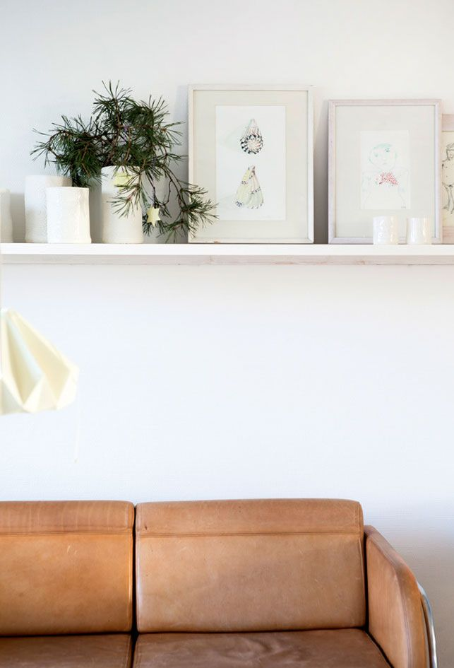 Hvid jul: Hjemme hos juleentusiasten - Boligliv...this danish home features the white shelf again...and neutral leather seating