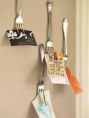 Recicle de forma criativa: use os garfos antigos como suporte de cartões, recados, fotos.. :)