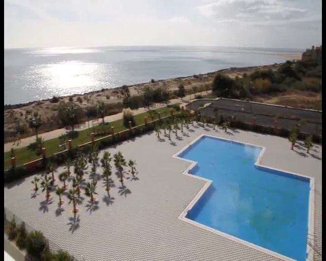 Urbanización privada situada en primera línea de playa compuesta por dos bloques y amplias zonas ajardinadas. El residencial dispone de dos piscinas, dos pistas de pádel y pista de tenis. Opcionalmente puede adquirirse plaza de garaje y trastero.