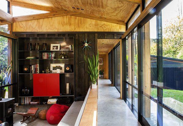 ニュージーランド最大の都市オークランド郊外に位置する、モダンな平屋建ての家 『The Easterbrook House 』 を、ご紹介したいと思います。 ウッド造りがナチュラルで美しい田舎風の家屋は、風が表から裏庭へ …
