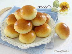 I panini al latte morbidissimi sono i tipici panini da buffet, quelli soffici soffici che vengono farciti in vario modo e che fanno gola a tutti quanti