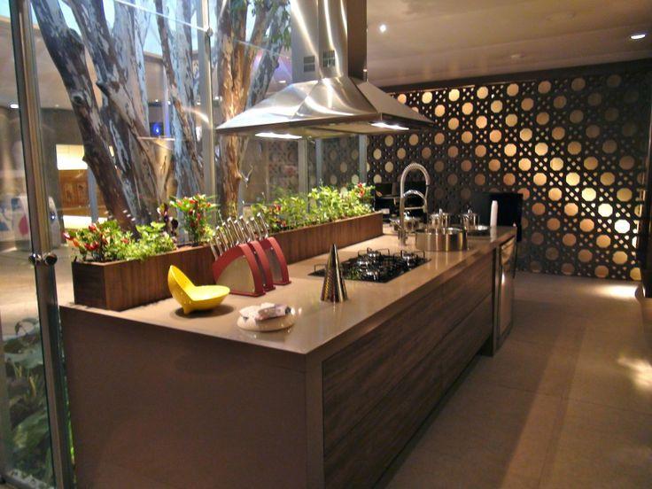 cozinha gourmet com vidro e cobogo de concreto de fundo neo rex bgourmet jogos que inspiram