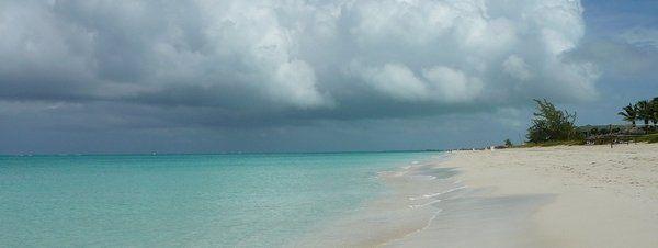Las diez mejores playas del mundo 2.Grace Bay, Providenciales (Islas Turcas y Caicos) Territorio Británico de Ultramar.Situada en pleno Caribe, se extiende a los largo de 20 kilómetros de arenas blancas y aguas turquesas. Un arrecife de coral la convierte en ideal para la práctica del snorkel y el buceo.