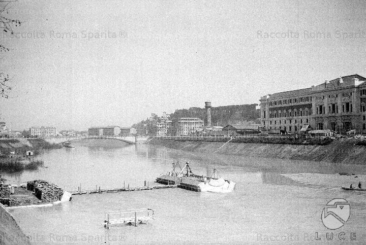 Veduta del ponte Littorio, ovvero di ponte Matteotti in costruzione. Il Ponte fu inaugurato il 21 aprile del 1929 e fu realizzato, su progetto dell'architetto Augusto Antonelli, per collegare il rione Prati al quartiere Flaminio. 1929