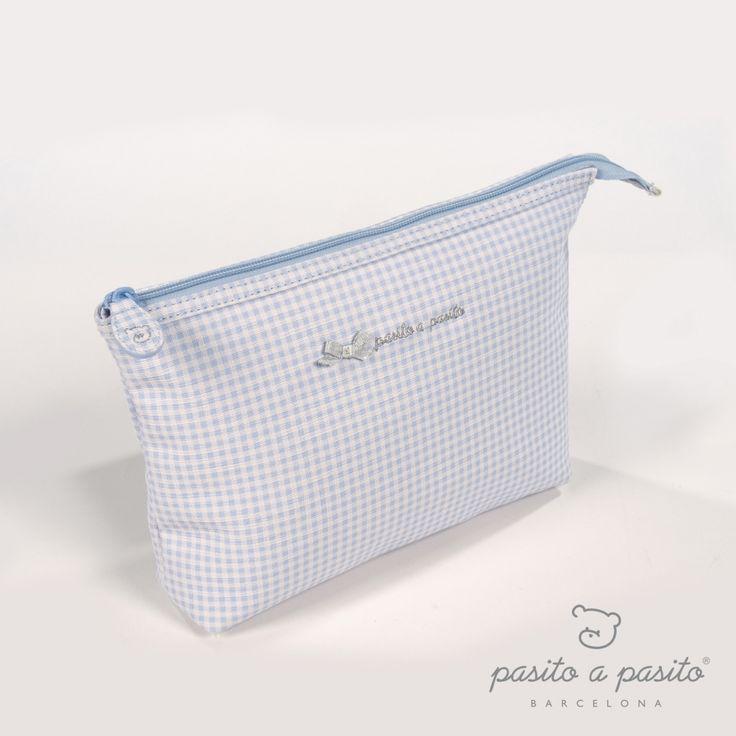 Lichtblauw met wit geruit toilettasje van het Spaanse merk Pasito a Pasito.