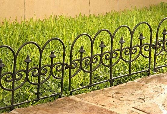 Protege tu jardín colocando una cerca plástica con vista de hierro forjado.