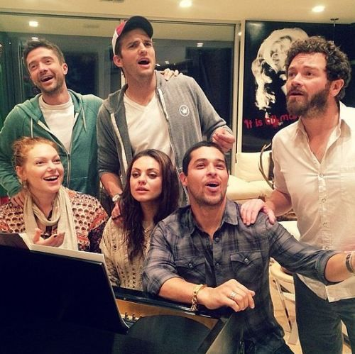 Ashton Kutcher - Mila Kunis - Wilmer Valderrama - Danny Masterson - Topher Grace - Laura Prepon. This makes me so happy :)