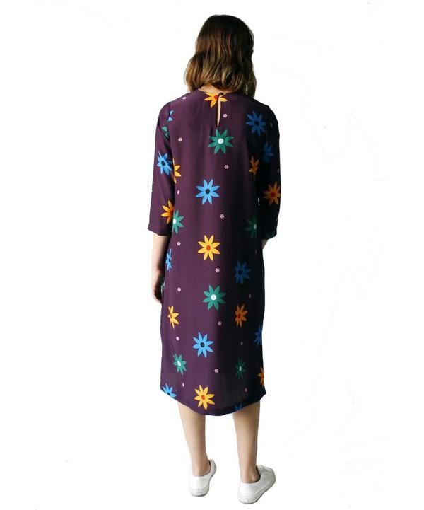 A daisy print midi-length, relaxed fit dress with 3/4 length sleeves and side slits. Button and loop closure at back neck. SPECS: -runs true to size, model is wearing size S -100% silk -hand wash or dry clean -made in NYC ABOUT THE DESIGNER: Dusen Dusen is line of universally flattering basics driven by the prints designer Ellen Van Dusen creates from scratch each season. Her inspiration is drawn from far-flung and unexpected places, like mid-century resort architecture, Italian industri...