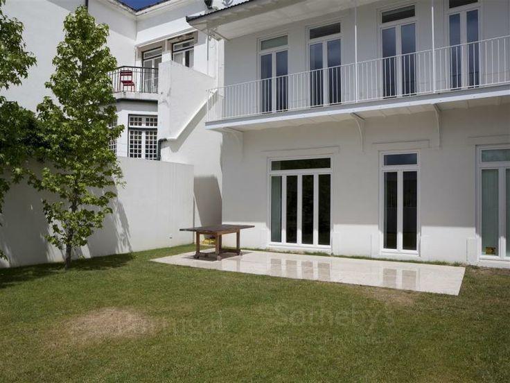 Moradia+de+Luxo+7+quartos+/+Lisboa,+Junqueira+-+Excelente+moradia+de+luxo+com+jardim+e+uma+vista+soberba+sobre+o+rio+Tejo.+Esta+moradia+v7+é+constituída+por+três+pisos+e+foi+totalmente+reconstruída+em+2011.+Com+muito+charme,+esta+moradia+está+localizada+numa+zona+prime+e+privilegiada.  Com+uma+área+de+terreno+de+284+m2,+jardim+de+100+m2+e+garagem+para+dois+automóveis.