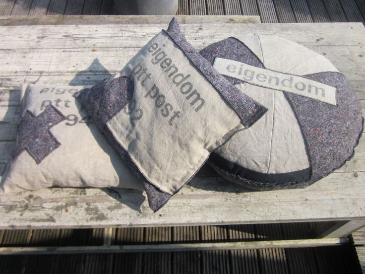 kussen van postzak en verhuis-deken ((betty's))