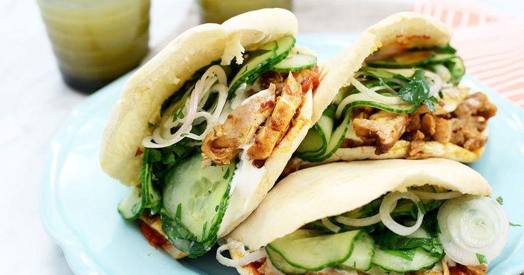 Kryddig kycklingkebab som är busenkel att göra. Serveras i pitabröd tillsammans med både vit och röd sås.