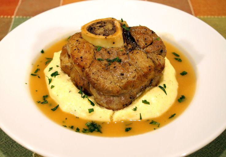 """İtalyan mutfağının ünlü et yemeklerinden biri olan osso buco, dana inciği ile hazırlanır. İtalyanca """"delikli et"""" anlamına gelen osso buco, kuzu gerdan..."""