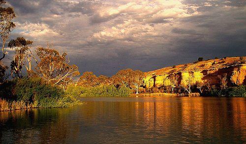 rio murray. este es el segundo rio más largo de oceania que recorre 2.375 kilómetros, desde que nace en la Gran Cordillera Divisoria hasta que desemboca en el océano Índico