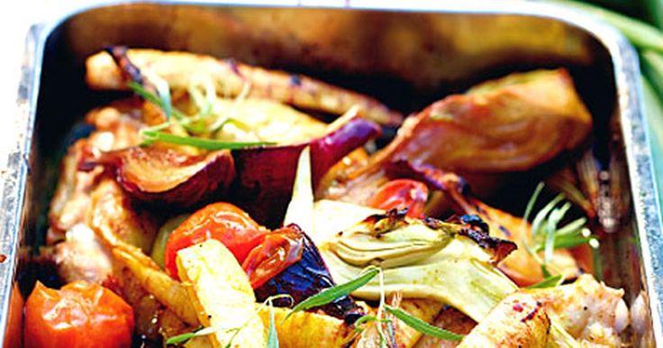 Kyckling i ugn med rostade grönsaker och röra på fetaost och turkisk yoghurt. Nyttigt och gott till middag! Kycklingen ska gärna marinera ett tag men kan även lagas direkt. Recept från boken LCHQ.