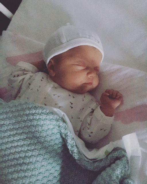 """BABY VD MAAND JULI 2016 Moeder van Vajèn: """"Onze dochter is geboren op 3 juli. Weken voor haar geboorte waren we al bijna iedere dag in het ziekenhuis. Daardoor wist ze dat ze in goede handen was. Na haar onverwachte, vroege geboorte is onze (veel te kleine meid) zeer goed verzorgd door artsen, verpleegkundigen en alle overige betrokkenen! Ik geloof dat we mede hierdoor eerder dan verwacht naar huis konden! Thuis blijft ze het goed doen. Dit is ook te zien aan haar tevreden koppie op de…"""