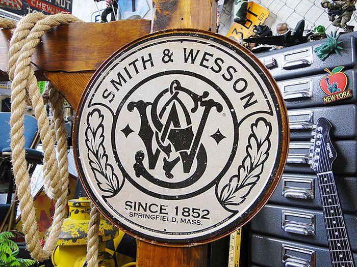 スミス&ウェッソンのラウンドロゴ看板★サインプレートブリキアメリカ看板ティンサインサインボードアメリカンブリキ看板アメリカ雑貨アメリカン雑貨