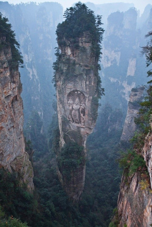 Zhangjiajien kansallispuiston hiekkakivipilareita Keski-Kiinasta. Puistossa on 3100 tällaista pilaria, jotka usein kurkottavat yli 200 metrin korkeuteen. Sandstone pillars in Zhangjiajie nationalpark, Central China.