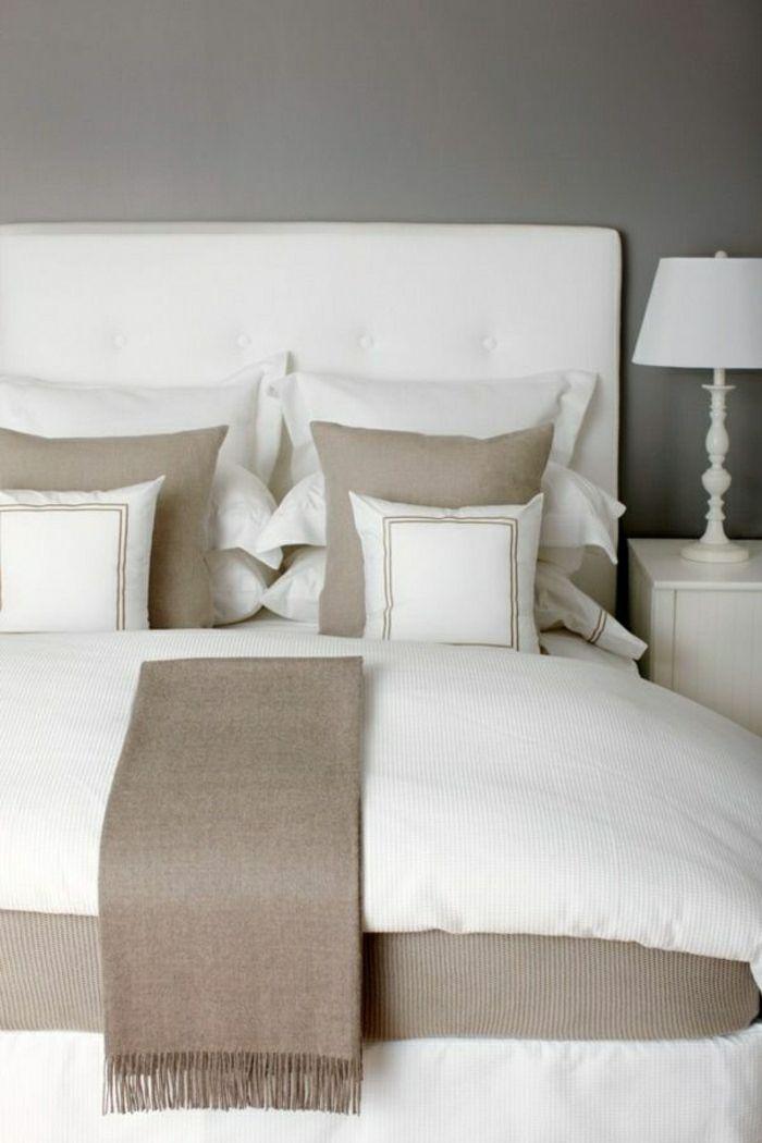 linge de lit blanc, chambre a coucher de couleur taupe, mur gris, lampe de chevet blanche