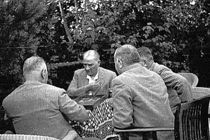 Atatürk tavla oynarken