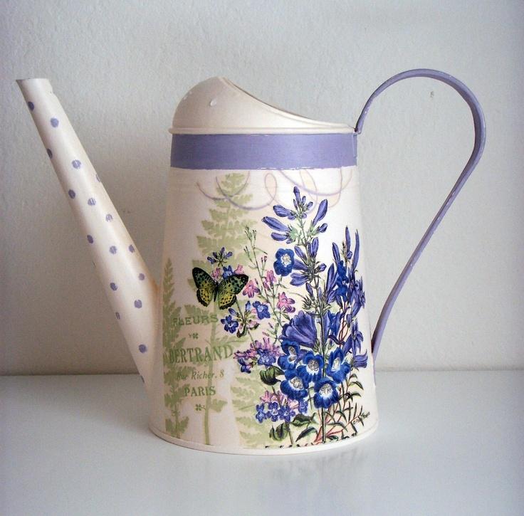 Květinová konvička Konvička s květinovým vzorem ozdobená technikou decoupage, patinování, šablonování. Ošetřeno matným akrylovým lakem. Galvanizováno; ochrana proti korozi. Materiál: galvanizovaná ocel Výška: 15 cm. Objem 2,6 l.