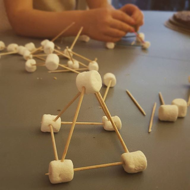 Easy kindergarten geometry activity! Marshmellows and toothpicks. Hint: let the marshmallows dry a bit first