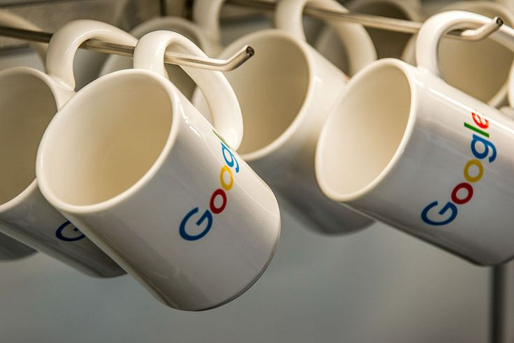 グーグルはオフラインでも「あなたが何を買ったか」を追跡するようになる  グーグルは、オンライン広告を見て実店舗に来店する人がどれくらいいるかを測定できるサーヴィスを2014年から提供している。そのサーヴィスに、「実店舗での購入」を追跡できる機能が加わることになる。   同社は今後、これらのオンラインデータを実際の店舗での行動に関するオフライン情報と統合して、広告業界をさらに支援するつもりだという。  さらにグーグルは数カ月以内に、現在ベータ版の「実店舗での売り上げ測定」ツールを導入するという。同社のブログ記事では、「このツールを使えば、検索やショッピング広告によってもたらされたネット店舗の訪問だけでなく、実店舗内での売り上げも測定できるようになります」と説明されている。