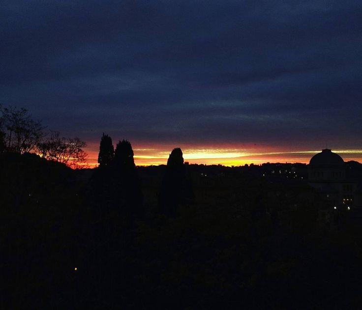O por do sol de hoje foi assim! Impressionante! Parecia pegar fogo!  . Lembre-se que nós organizamos o seu transfer do/para o aeroporto e também sua hospedagem! info@emroma.com .  Veja mais no Snapchat Em_Roma  #Roma #europe #instatravel #eurotrip #italia #italy #rome #trip #travelling #snapchat #emroma#viagem #dicas #ferias #dicasdeviagem #brasileirospelomundo #viajandopelomundo #sunset #inverno #pordosol #tramonto #winter