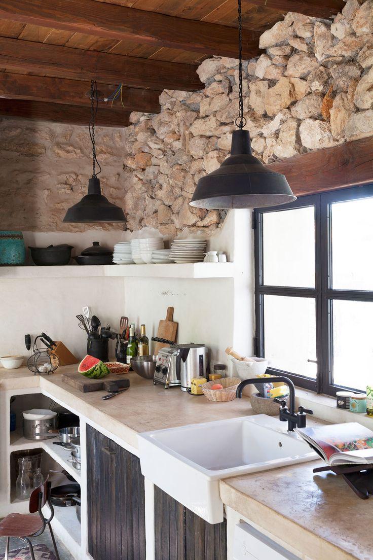 Una bonita casa en Ibiza con aire bohemio y madera integrada