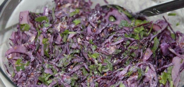 Пикантный салат из красной капусты.     ½ кочана красной капусты, нарезать тонкой стружкой;     3,5 ст.л. майонеза;     1,5 ст.л. синего сыра с плесенью;     2 ст.л. горчицы с семенами;     пучок петрушки.