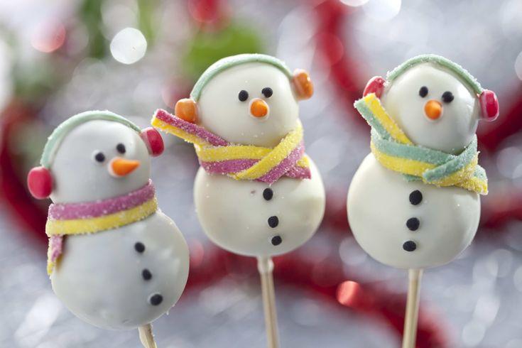 Świąteczne słodycze kochają dzieci i dorośli. Niemal pod każdą choinką i na każdym stole można znaleźć w czasie świąt różne słodkości – czekoladki, cukierki i pierniczki. Zobacz, jak przygotować nietypowy słodki upominek – bałwanka na patyku. Zaskocz rodzinę i znajomych własnoręcznie wykonanymi słodyczami.