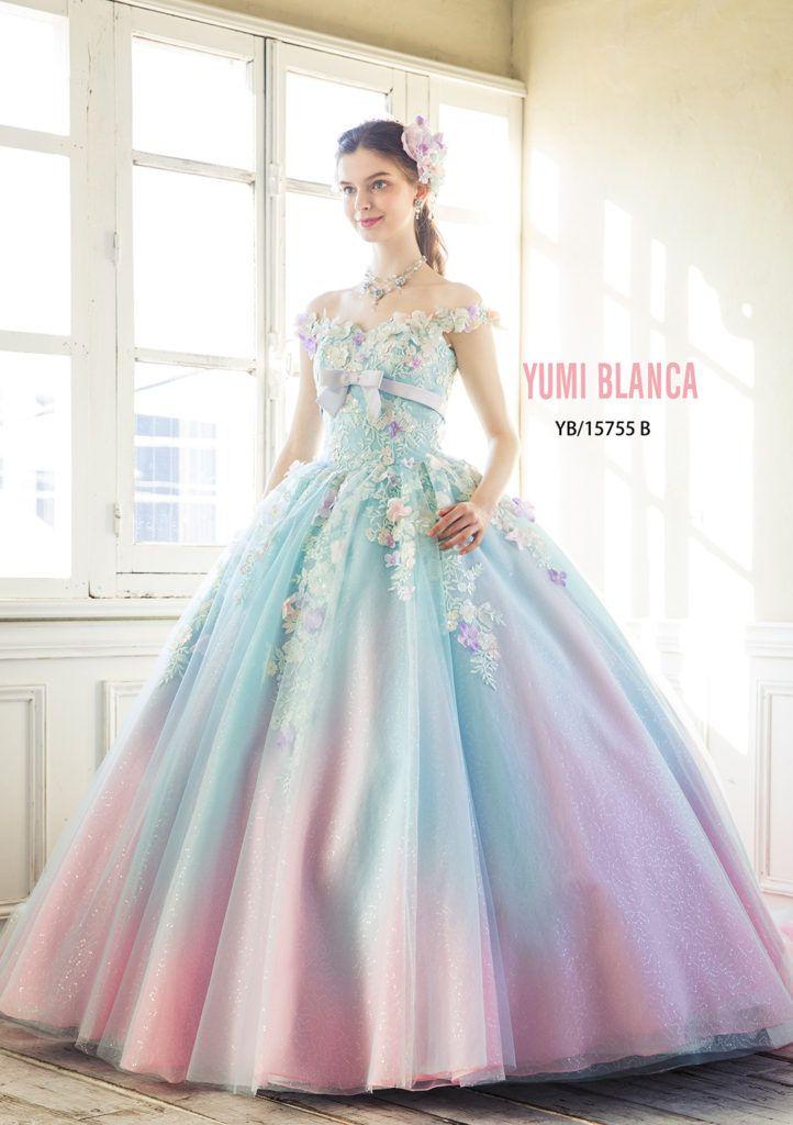 YB-15755(LIGHTBLUE) - 桂由美 カラードレス - 身頃からスカート裾へと、大胆なグラデーションが動く、たっぷりとしたボリュームが魅力のボールガウンドレス。 ウエストから放射状にあしらった、多色使いのエンブロイダリーモチーフに、フラワーモチーフを重ねた、ロマンティックなデザインです。 グラデーション、輝き、小花使いと、カラードレスのキーワードが詰め込まれたドレ