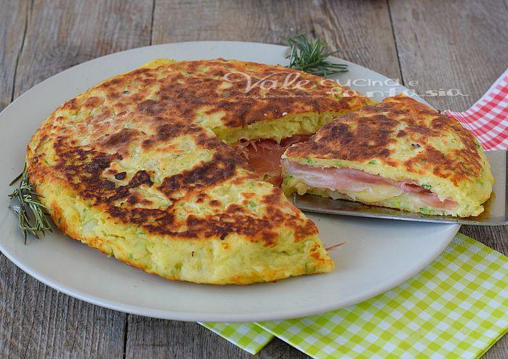 Pizza di zucchine e patate con speck e formaggio,facile veloce e sfiziosa,una ricetta economica cotta in padella e gustosa,con un ripieno saporito e filante
