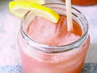 Melón zbavte všetkých zrniečok a dajte do mixéra. Pridajte citrónovú šťavu a ľadovú drť. Mixujte pokým nezískate kašovitú konzistenciu. Do vysokého pohára nalejte melóvovú zmes od 2/3 a zvyšok dolejte tonikom. Pridať môžete kocku ľadu a kúsok citróna na ozdobu.