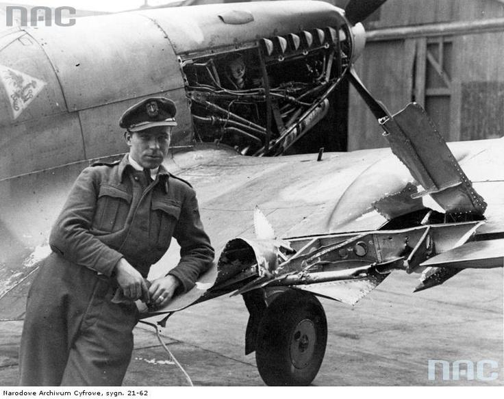 """Pilot Stanisław Blok i uszkodzony samolot myśliwski """" Spitfire"""" na lotnisku , 1941 - 1944"""