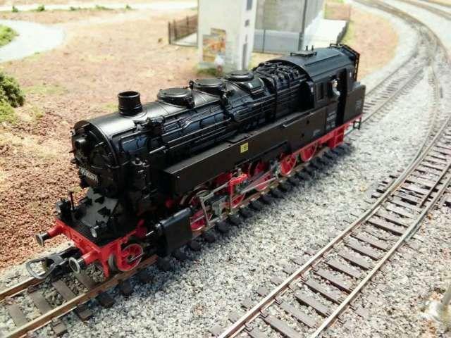 . Locotender de vapor 1-5-1 T, clase BR 95 de los ferrocarriles alemanes DR. Modelo n. 950028-1, muy detallado, en escala H0 y corriente continua hecho en Alemania por Piko. Tender para aceite combustible. Estado EXCELENTE. Completamente limpia y lubricada.
