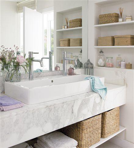 Baño con baldas empotradas