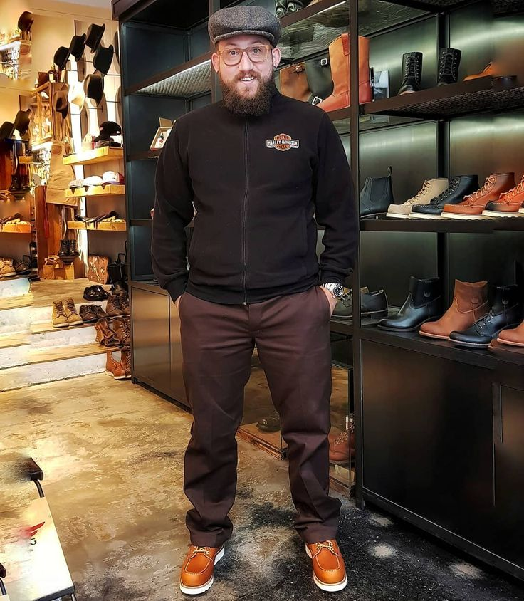 I actually bought myself a pair of handmade RedWing Moc Toe 8131 boots. Thanks to the team of the Redwing Store Munich for the detailed consultation and patience. I don't want to take these boots off! Thx @2288taffy to take this Pic! #redwing #moctoe #redwingshoes #redwingboots #madeinminesota . . BΣΛЯDΣD VILLΛIΠS GΣЯMΛΠҰ  My President: @von_knox  My Brotherhood: @beardedvillains  My Alliance: @beardedvillains_europe  My Chapter: @beardedvillainsgermanychapter  My Captain: @zackorygates  My…