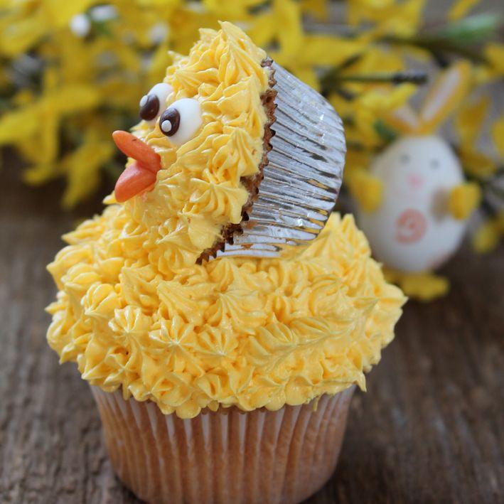 Een schattig paas #cupcakes: #paaskuiken gemaakt van een cupcake en een mini cupcake en toefjes gele botercrème. Klik op de afbeelding voor het #recept. #pasen