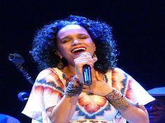 A Velha Guarda da Portela e a cantora e compositora Teresa Cristina se apresentam sábado, dia 5 de abril, na Feijoada da Família Portelense.
