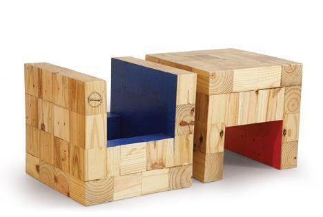 Puff quadrado feito com cubo de palet e parte interna colorida. O mesmo quando virado de ponta cabeça pode servir de revisteiro. Medidas: 0,39x0,39x0,37m