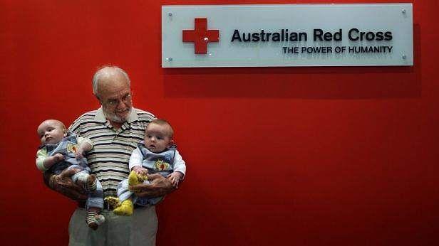Membre de l'ordre d'Australie et surnommé  L'Homme au sang d'or  son plasma sanguin contient un anticorps anti-D rare qui permet d'éviter la maladie hémolytique du nouveau-né. Il a fait un millier de dons  #images #santé #anticorps #donneur #James Harrison #ordre d'Australie #plasma sanguin #sang d'or