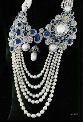 Résultats Google Recherche d'images correspondant à http://www.jewelrybloguncovered.com/wp-content/uploads/2009/01/la-regente-pearl-mounted-on-a-boucheron-necklace-blue-sapphires-diamonds-and-pearls.jpg