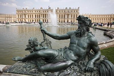 """Skulptur """"La Rhone"""" im Schlosspark von Schloss Versailles"""