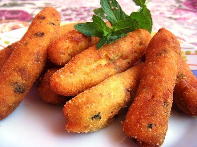 5 patate medie, 1 uovo, 5 cucchiai di farina, 3 cucchiai di Parmigiano, 6-7 foglie di menta, pan grattato, un pizzico di sale, olio per friggere