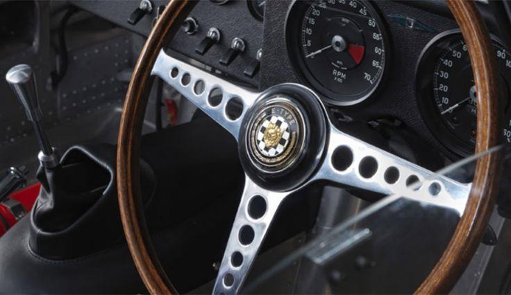 Jaguar, ce nom évocatif des moteurs rutilants de la marque britannique connue pour ses voitures aux courbes félines dont Bremont (marque elle aussi britannique) a souhaité rendre hommage à travers deux modèles présentés au Baselworld 2015 avec la Jaguar MK1 et MK2. La MK1 est le modèle que nous avons choisi de présenter. Il reprend les codes du célèbre modèle Type E de Jaguar avec son cadran qui évoque les compteurs de la voiture, sa petite seconde à 9h tout aussi évocatrice, et des indexes…